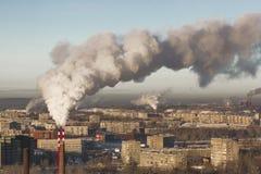 Schlechte Umwelt in der Stadt Apokalyptischer Überlebender des Postens in der Gasmaske Schädliche Emissionen in die Umwelt Rauch  stockfoto