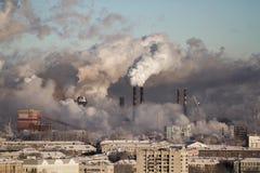Schlechte Umwelt in der Stadt Apokalyptischer Überlebender des Postens in der Gasmaske Schädliche Emissionen in die Umwelt Rauch  stockfotos