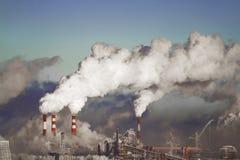 Schlechte Umwelt in der Stadt Apokalyptischer Überlebender des Postens in der Gasmaske Schädliche Emissionen in die Umwelt Rauch  stockfotografie