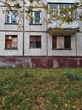 Schlechte Wohnung, die Theorie von zerbrochenen Fensterscheiben Stockfoto