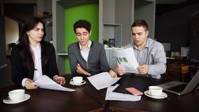 Schlechter Tag bei der Arbeit für Männer und Frauen Firma-` s von Angestellten und von wor stockfotos