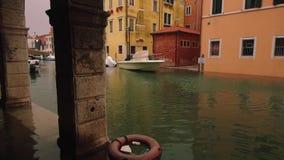 Schlechter Tag, der die alte Stadt überschwemmt stock video