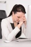 Schlechter Tag im Büro. Deprimierte Geschäftsfrau von mittlerem Alter, die a sitzt Lizenzfreie Stockbilder