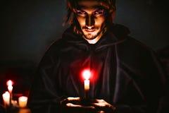 Schlechter Zauberer mit einer Kerze stockfotografie