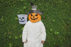 Schlechtes Kinderspiel Halloween mit der Maske Stockbild