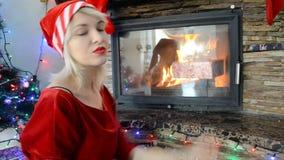Schlechtes Mädchen im Kostüm von Santa Claus stock footage