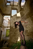 Schlechtes shaggy Mädchen im schwarzen Kleid Lizenzfreies Stockfoto