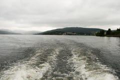 Schlechtes Wetter über dem See und den Bergen Stockbilder