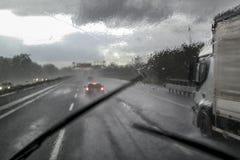 Schlechtes Wetter auf der Autobahn stockbilder