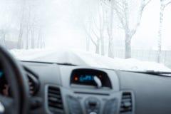 Schlechtes Wetter, das in Winter fährt Nebel auf der Straße Stockbilder