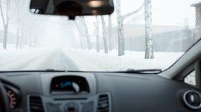 Schlechtes Wetter, das in Winter fährt Nebel auf der Straße Lizenzfreie Stockbilder