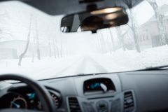 Schlechtes Wetter, das in Winter fährt Nebel auf der Straße Stockfotos