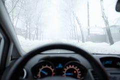 Schlechtes Wetter, das in Winter fährt Nebel auf der Straße Lizenzfreies Stockbild