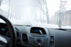 Schlechtes Wetter, das in Winter fährt Nebel auf der Straße Lizenzfreie Stockfotos