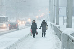 Schlechtes Wetter in einer Stadt: schwere Schneefälle und Blizzard im Winter Lizenzfreies Stockbild