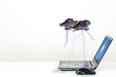 Schlechtes Wetter mit Regensturm und Blitz über nassem Laptop Lizenzfreie Stockbilder