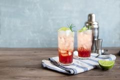 Schlehe Gin Fizz Cocktail stockbilder