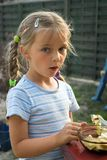Schleichende Schokolade des Mädchens. Stockfoto