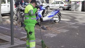 Schleifen eines Reinigers die Straße vom Herbstlaub stock video