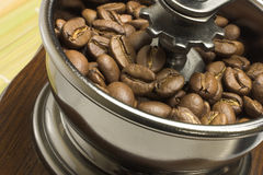 Schleifer mit Kaffeebohnen Stockbild