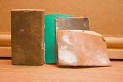 Schleifklotz und benutztes Sandpapier Stockfotos