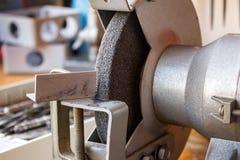 Schleifmaschine auf dem Tisch in der Werkstattnahaufnahme Lizenzfreie Stockfotos