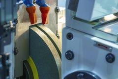 Schleifmaschine in der Fabrik auf der Formerei lizenzfreie stockbilder