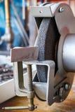 Schleifmaschine in der Werkstatt für das Werkzeugschärfen Lizenzfreies Stockfoto