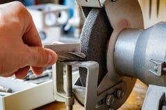 Schleifmaschine für das Schärfen von Bohrgeräten Stockbilder