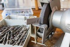 Schleifmaschine und ein Satz Bohrer für das Schärfen Stockfotografie