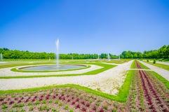 Schleissheim,德国- 2015年7月30日:宫殿物产皇家庭院与难以置信的组织的绿色灌木和石渣的 库存照片