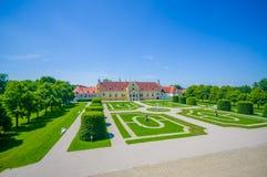 Schleissheim,德国- 2015年7月30日:宫殿物产皇家庭院与难以置信的组织的绿色灌木和石渣的 免版税库存照片