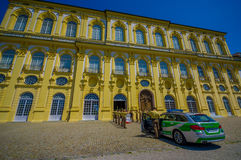 Schleissheim,德国- 2015年7月30日:有穿制服的警察的德国警车在宫殿前面排队了 库存照片