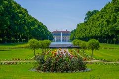 Schleissheim,德国- 2015年7月30日:主要宫殿大厦如被看见从远的距离通过庭院大道,美丽 库存图片