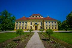 Schleissheim,德国- 2015年7月30日:Lustheim宫殿大厦,位于Schleissheim的另一边从事园艺 免版税图库摄影