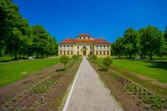 Schleissheim,德国- 2015年7月30日:Lustheim宫殿大厦,位于Schleissheim的另一边从事园艺 图库摄影