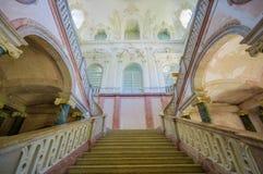 Schleissheim, Alemania - 30 de julio de 2015: Escalera antigua dentro del edificio del palacio abajo de la mirada para arriba, de Fotografía de archivo