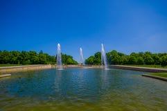 Schleissheim Niemcy, Lipiec, - 30, 2015: Wielka fontanny instalacja z trzy wysokimi woda promieniami strzela up, pałac uprawia og Obrazy Stock