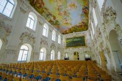 Schleissheim Tyskland - Juli 30, 2015: Hyra rum mycket av stolar med absolut oerhörd freskomålningmålning i tak, väggar Arkivfoton