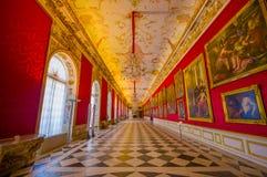 Schleissheim Tyskland - Juli 30, 2015: Inre slott för kungligt rum med ljuskronan, fantastisk freskomålningmålning, inramat guld- Arkivbilder