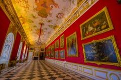 Schleissheim Tyskland - Juli 30, 2015: Inre slott för kungligt rum med ljuskronan, fantastisk freskomålningmålning, inramat guld- Arkivfoto