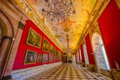 Schleissheim Tyskland - Juli 30, 2015: Inre slott för kungligt rum med ljuskronan, fantastisk freskomålningmålning, inramat guld- Royaltyfri Foto