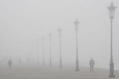 Schlendern in den Nebel Stockfotografie