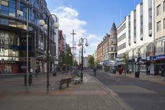 Schlendernde im Stadtzentrum gelegene Belfast-Straßen und -straßen lizenzfreie stockfotografie