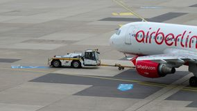 Schleppen Airberlin Airbus A320 stock video