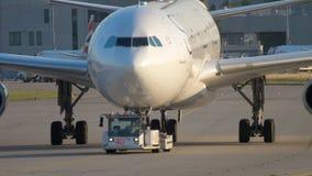 Schleppen Airbusses 340 zum Service stock footage