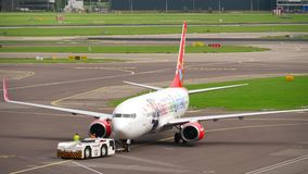 Schleppen Corendon Dutch Airlines Boeing 737 stock video