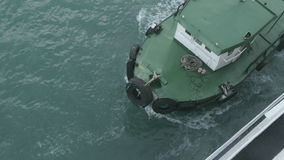 Schleppen des Schiffs vom Hafen stock video footage