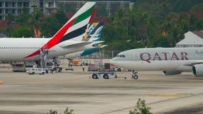 Schleppen Flugzeug-Airbusses 330 vor Abfahrt stock video