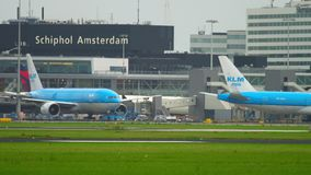 Schleppen Flugzeug KLMs Boeing 777 stock footage